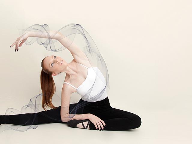 james-jeans-twiggy-dancer-jeans-BlackSwan_Stretching