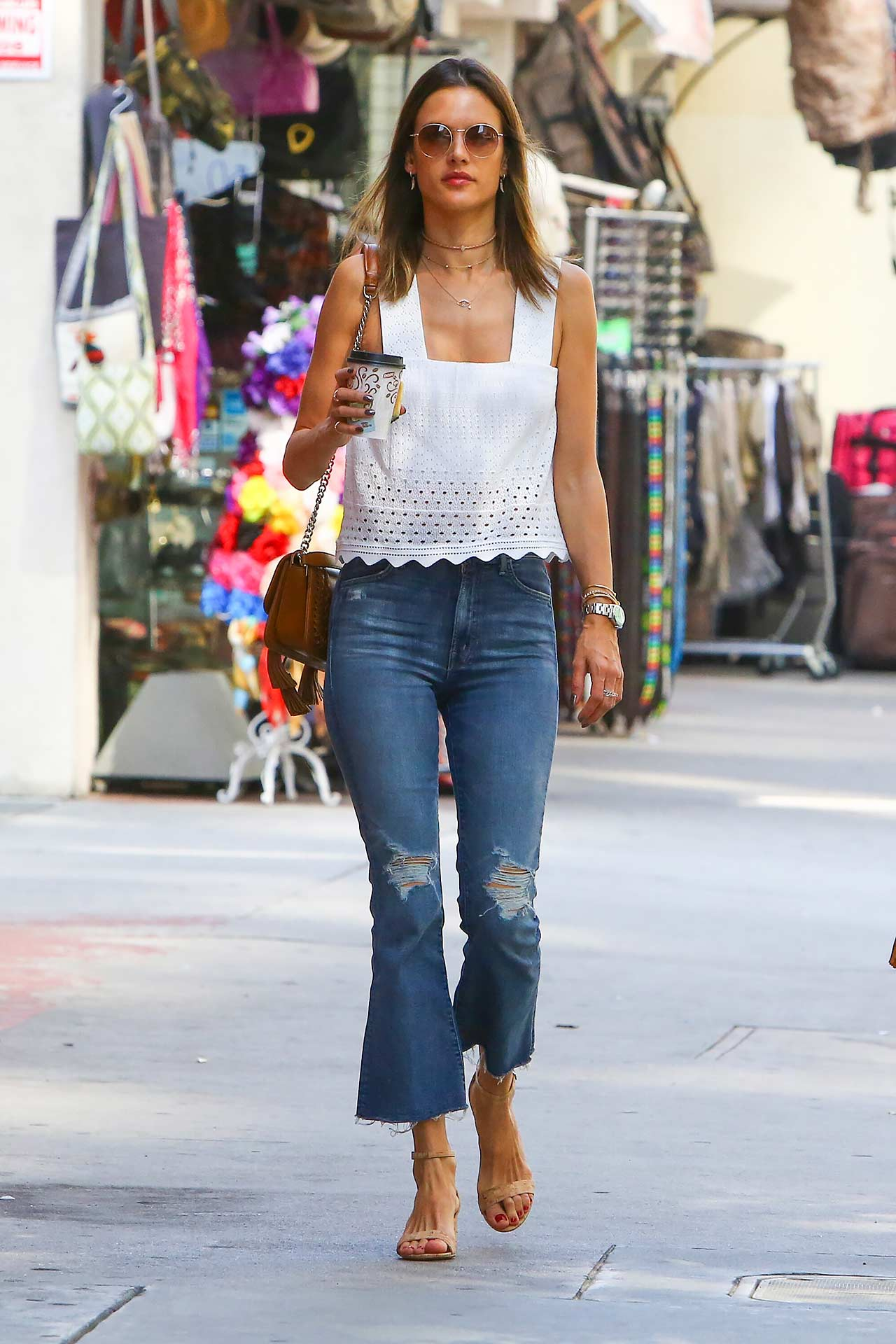 alessandra-ambrosio-mother-insider-crop-fray-jeans
