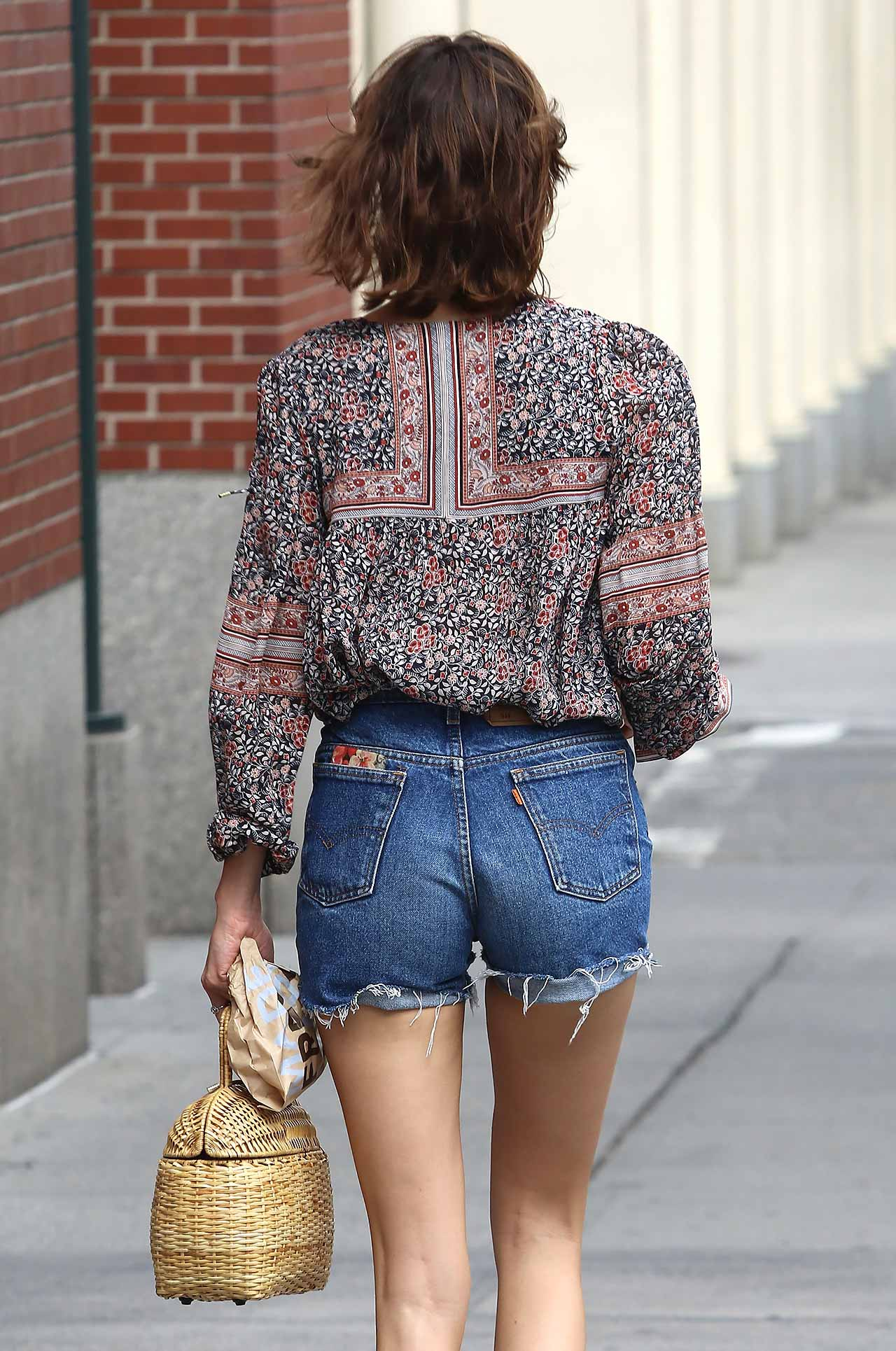 Alexa Chung Wears Vintage Leviu0026#39;s Denim Shorts | The Jeans Blog