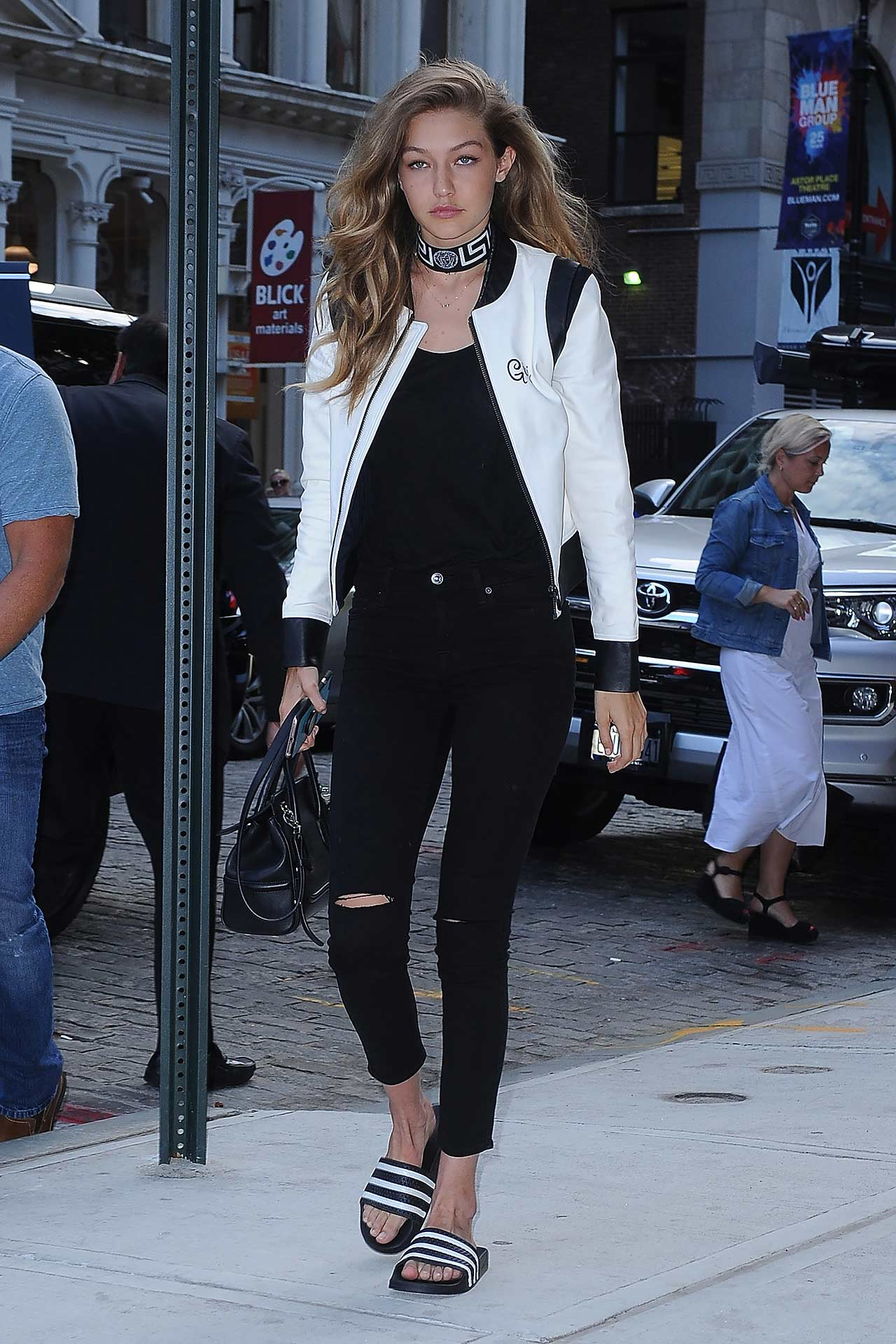 Gigi Hadid Wears 7 For All Mankind b(air) Skinny Jeans | The Jeans ...