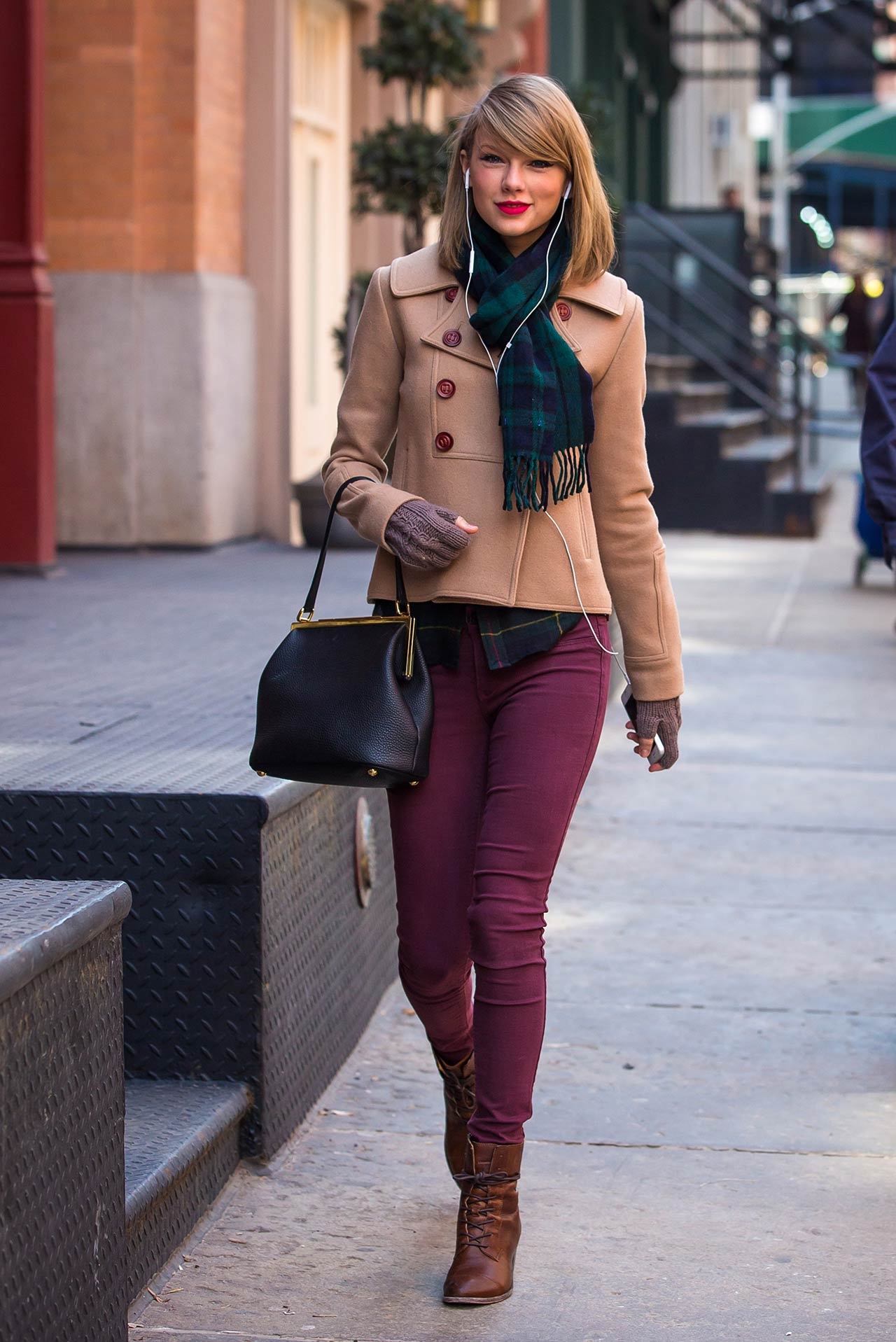 taylor-swift-burgundy-jeans