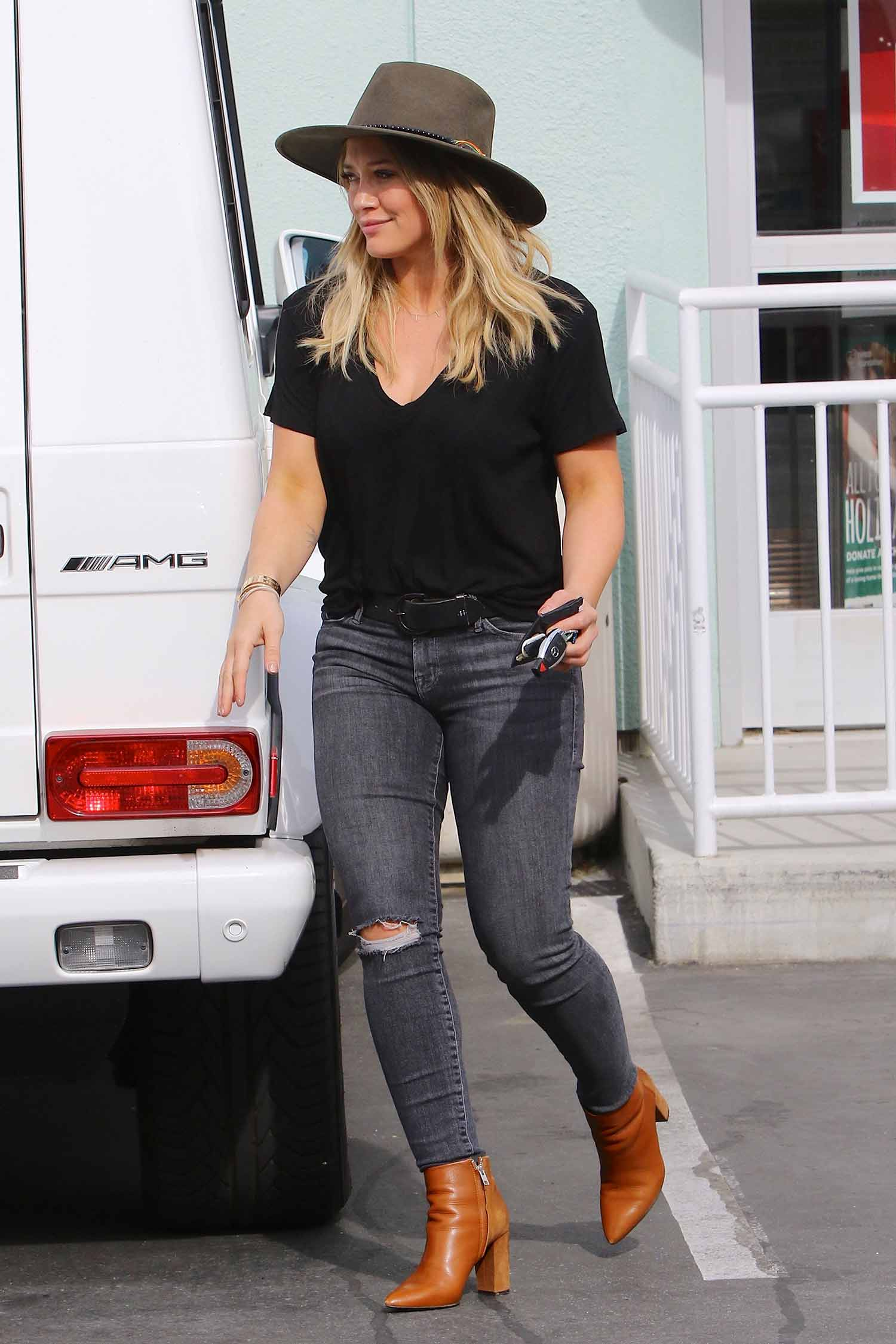 hilary-duff-grey-skinny-jeans