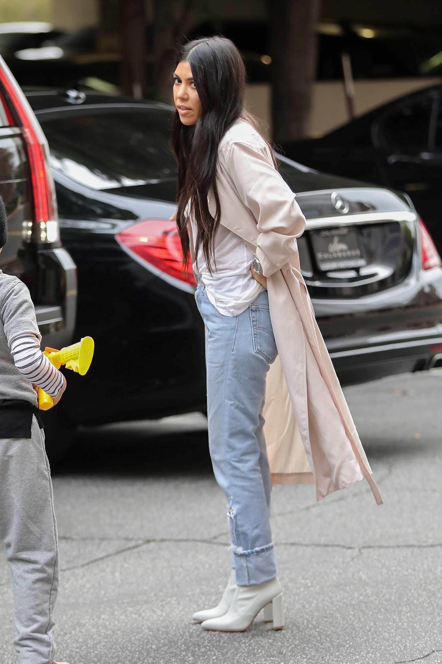 kourtney-kardashian-levis-jeans